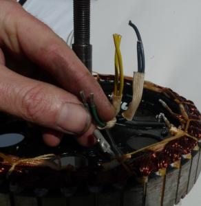 Una vez las tres fases estén completas sujeta los cables a la parte baja del estator.