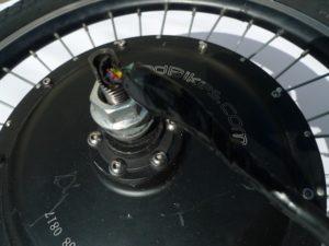 Cinco de los cables conectan con los sensores y otros tres conectan a las fases del devanado.