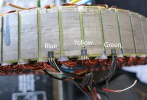 En la foto hay tres sensores hall colocados de la manera más habitual. La pata izquierda es el positivo, la del medio el negativo y la de la derecha es la señal.